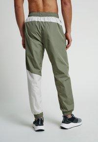 Hummel - HMLSULLIVAN PANTS - Trainingsbroek - vetiver - 2