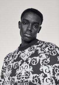 Versace Jeans Couture - LOGO BAROQUE  - Sweatshirt - black - 4