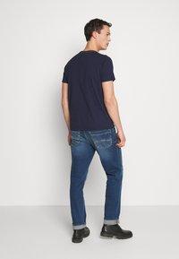 GANT - ARCH OUTLINE  - T-shirt med print - evening blue - 2
