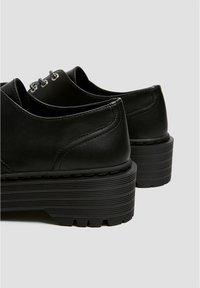PULL&BEAR - MIT PLATEAUSOHLE - Šněrovací boty - black - 6