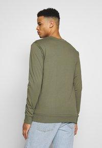 CLOSURE London - CREWNECK 2 PACK - Sweatshirt - khaki/navy - 3