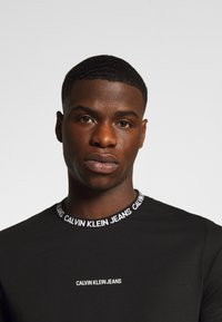 Calvin Klein Jeans - INSTITUTIONAL COLLAR LOGO - Print T-shirt - black - 4