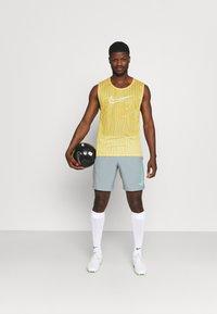 Nike Performance - DRY ACADEMY SHORT - Pantalón corto de deporte - light pumice/white/light dew - 1