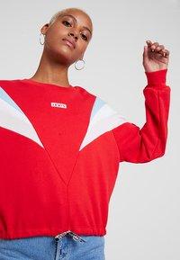 Levi's® - FLORENCE CREW - Sweatshirt - baby tab crew brilliant red - 3