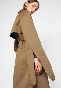 Victoria Victoria Beckham - TIE SLEEVE - Trench - fawn brown - 6