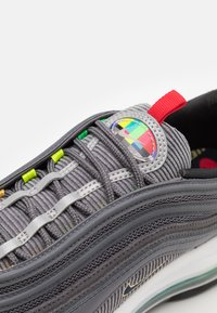 Nike Sportswear - AIR MAX 97 SE - Tenisky - light graphite/obsidian/black - 5