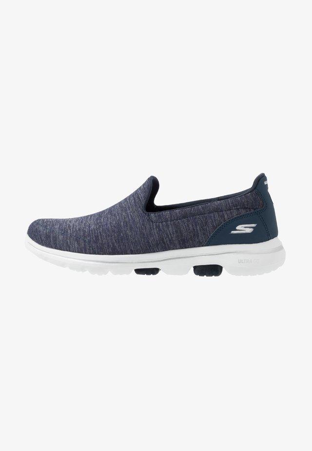 GO WALK 5 - Sportieve wandelschoenen - navy/white