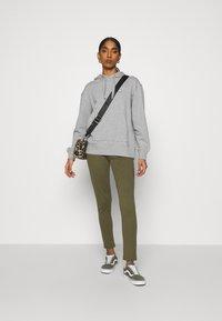 KnowledgeCotton Apparel - DAPHNE BASIC BADGE HOODIE  - Sweatshirt - grey melange - 1