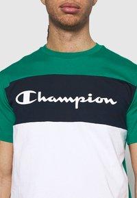 Champion - CREWNECK - T-shirt med print - green/white/navy - 4