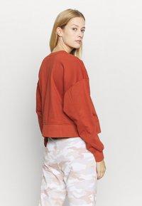 Nike Performance - DRY GET FIT CREW - Sweater - firewood orange - 2