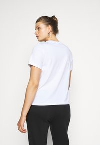 Pieces Curve - PCRIA FOLD UP SOLID TEE - Basic T-shirt - bright white - 2