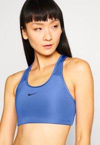 Nike Performance - BRA - Sujetadores deportivos con sujeción media - sapphire/black - 4