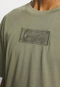 Karl Kani - SMALL SIGNATURE BOX WASHED TEE UNISEX - Basic T-shirt - green - 4