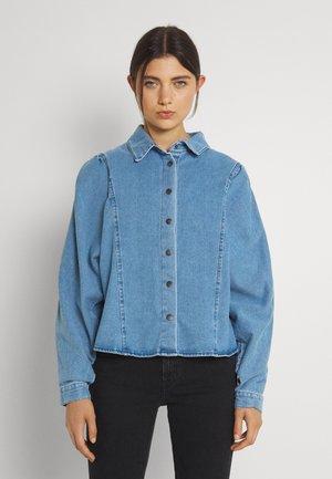 JDYSIA LIFE OVERSIZED PUFF SHIRT - Skjorte - light blue denim