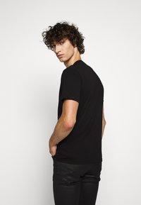 Belstaff - COTELAND  - T-shirt con stampa - black - 2