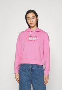 Tommy Jeans - CROPPED FLAG  - Mikina skapucí - pink daisy - 0