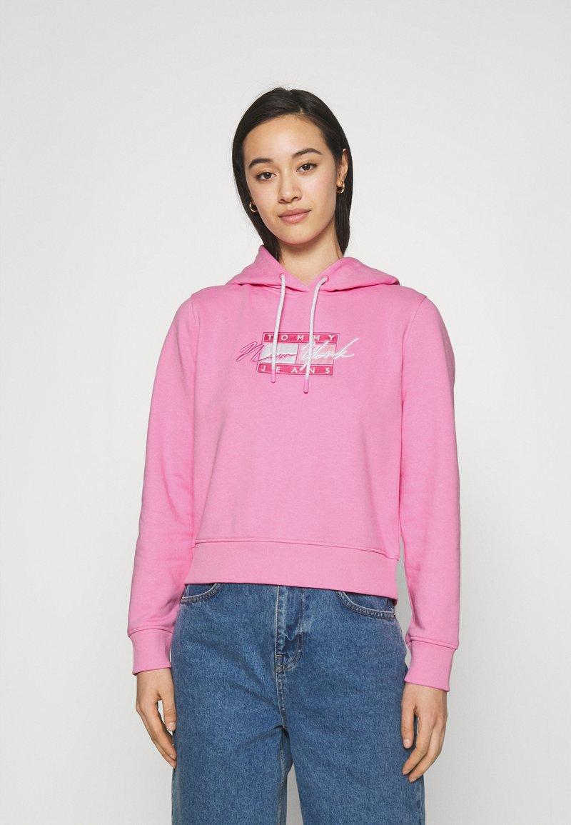 Tommy Jeans - CROPPED FLAG  - Mikina skapucí - pink daisy