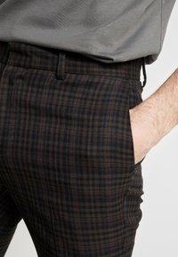 New Look - PASO HARRY GINGER HIGHLIGHT CHECK  - Pantalon de costume - dark brown - 4