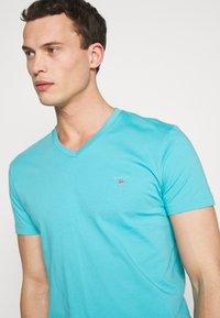 GANT - THE ORIGINAL SLIM V NECK - Camiseta básica - light aqua - 4
