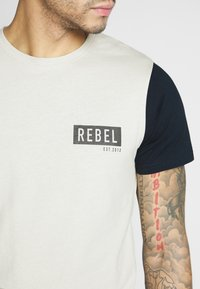 Redefined Rebel - LUKA TEE - T-shirts med print - stone - 5