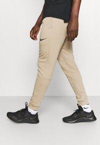 Nike Performance - PANT TAPER - Pantaloni sportivi - khaki/black - 2