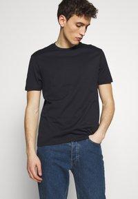 Emporio Armani - T-Shirt basic - biancoblu nero - 1