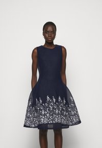 DKNY - EMBROIDERED FIT AND FLARE - Robe fourreau - midnight/ivory - 0