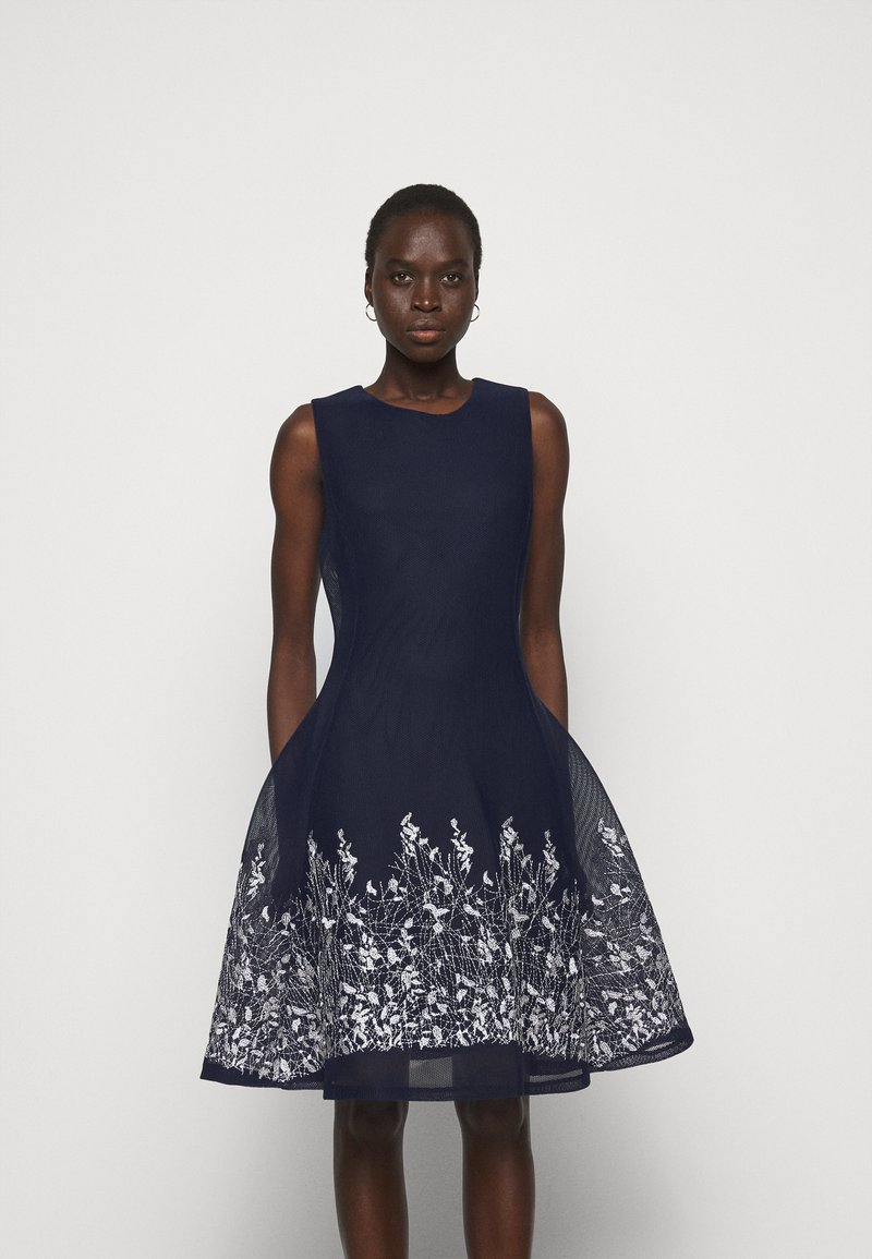 DKNY - EMBROIDERED FIT AND FLARE - Robe fourreau - midnight/ivory