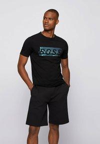 BOSS - Print T-shirt - black - 0