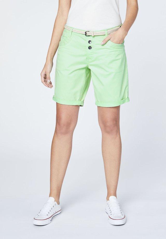 MIT GÜRTEL - Shorts - green ash