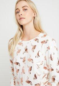 Chelsea Peers - FLAMINGOS - Pijama - white/rose gold - 3