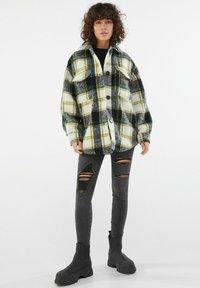 Bershka - MIT RISSEN  - Jeans Skinny Fit - dark grey - 1