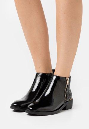 BRUCIE PAT QUILTED ZIP - Kotníková obuv - black