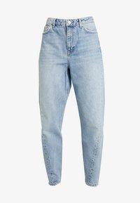 TWIST SEAM MOM - Jeans Tapered Fit - mid blue