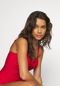 Pour Moi - SANTA MONICA STRAPLESS CONTROL SWIMSUIT - Swimsuit - red - 5