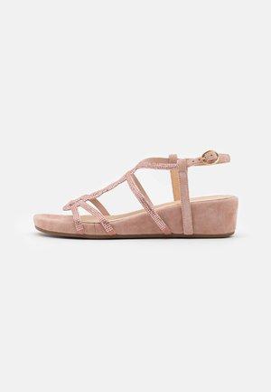 Sandály na klínu - old pink