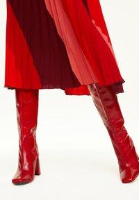 comma - MIT STREIFENMUSTER - A-line skirt - red diagonale stripes - 3