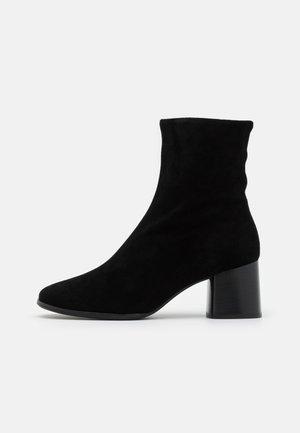 CARINA - Korte laarzen - schwarz