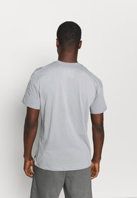 Nike Performance - Print T-shirt - particle grey/white/(black) - 2