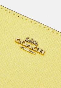 Coach - CROSSGRAIN MINI SKINNY - Wallet - retro yellow - 4