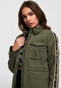 Superdry - MIT STERN-PRINT - Denim jacket - green - 3