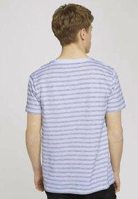 TOM TAILOR DENIM - MIT STREIFENMUSTER - T-shirt med print - white black injected stripe - 2