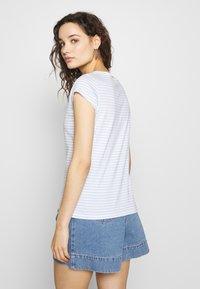 Mads Nørgaard - ORGANIC FAVORITE STRIPE TEASY - Print T-shirt - white/sky blue - 2