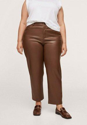 RECHTE BROEK MET LEEREFFECT - Leather trousers - chocoladebruin