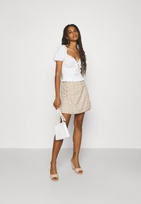 Glamorous - SMOCKED CROP WITH PUFF SHORT SLEEVES - Print T-shirt - off white - 1