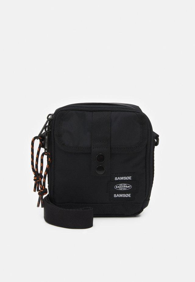 CROSSBODY BAG UNISEX - Taška spříčným popruhem - black