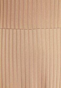 Libertine-Libertine - HONOR - Žerzejové šaty - camel - 7