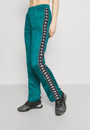 IMMITARA - Pantalones deportivos - shaded spruce