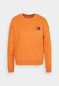 Tommy Jeans - TOMMY BADGE CREW - Bluza - rustic orange