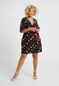 Fashion Union Plus - FASHION UNION WRAP DRESS WITH CONTRAST PRINT WAIST TIE - Denní šaty - black - 1